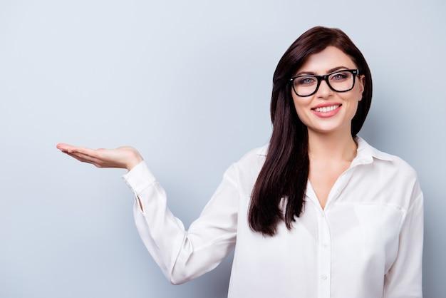 Riuscita giovane donna sicura che presenta il nuovo prodotto