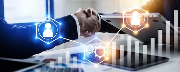 Connessione riuscita e concetto di negoziazione, due uomini d'affari si stringono la mano, il successo e la connessione lavorativa al successo