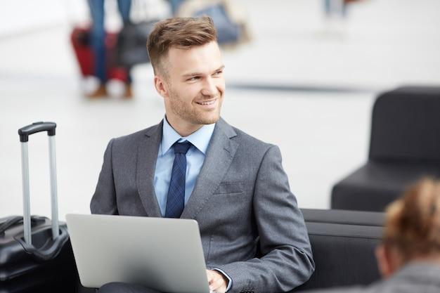 Commerciante di successo che si prepara per la riunione in aeroporto