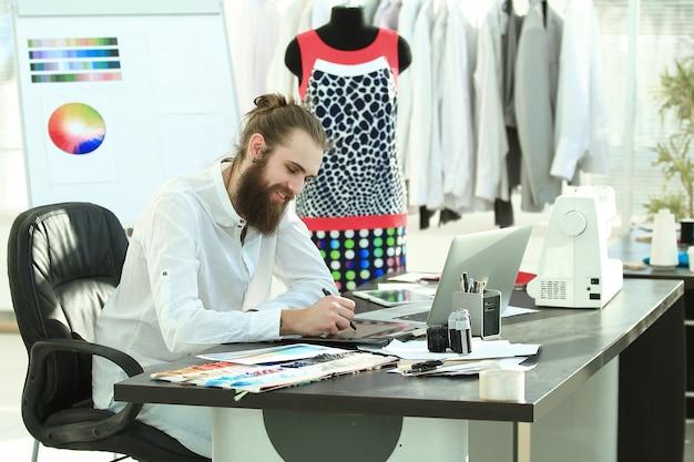 Designer di successo che lavora su nuovi schizzi di vestiti. Foto Premium