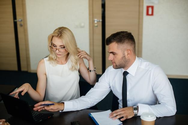 I dipendenti di successo in ufficio discutono di nuovi progetti. finanza aziendale