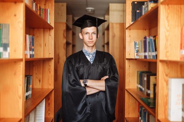 Ragazzo laureato di successo, in abito accademico
