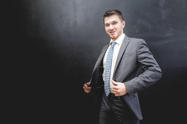 Riuscito uomo d'affari felice in vestito