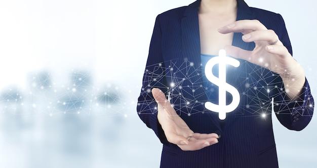 Concetto di investimento finanziario internazionale di successo. due mani che tengono l'icona del dollaro olografico virtuale con sfondo sfocato chiaro. valuta virtuale e concetto di blockchain.