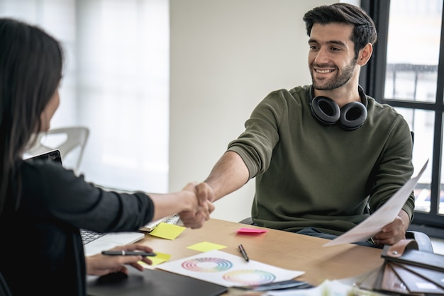 Successo manager capo colloquio di lavoro e stretta di mano dei dipendenti