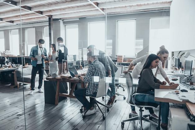 Team di successo al lavoro. riunione del team aziendale in ufficio