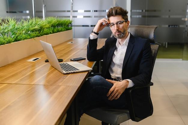 Un trader di successo analizza le azioni e il mercato azionario utilizzando un laptop e un tablet che negozia l'ascesa e la caduta del mercato azionario