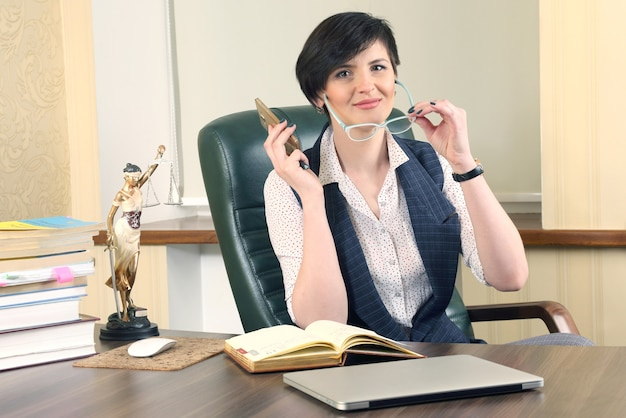 Avvocato donna di successo al lavoro in ufficio. patrocinio e attività legale