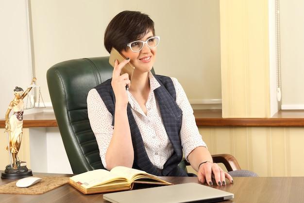 Avvocato donna di successo al lavoro in ufficio