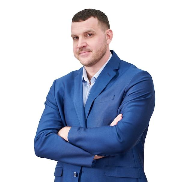 Giovane imprenditore di successo con le braccia incrociate che indossa un abito blu con un bel sorriso genuino