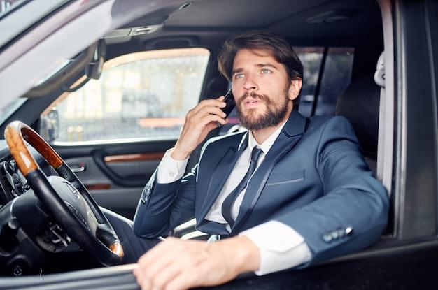 Successo giovane uomo in tuta parlando al telefono ufficiale di ricchezza