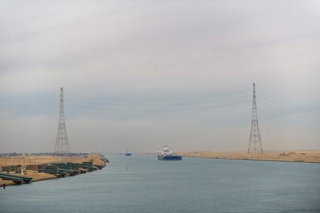 Transito del canale di suez. vista dalla nave da carico. lavoro in mare. spedizione commerciale. Foto Premium