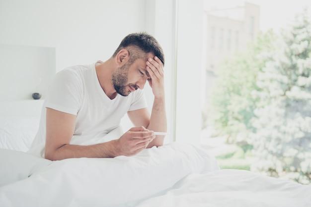 Ragazzo sofferente in posa nel suo letto