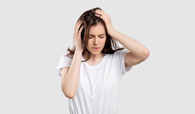 Donna sofferente ritratto emicrania dolore signora testa