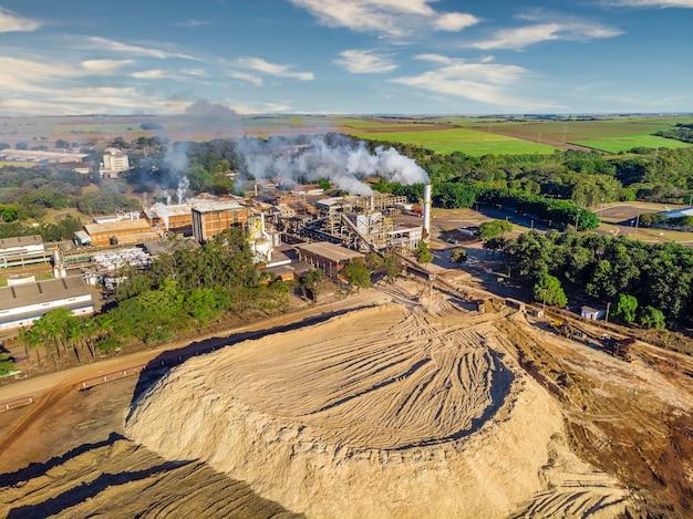 Vista aerea dell'impianto di produzione di industria, zucchero e alcool della canna da zucchero.