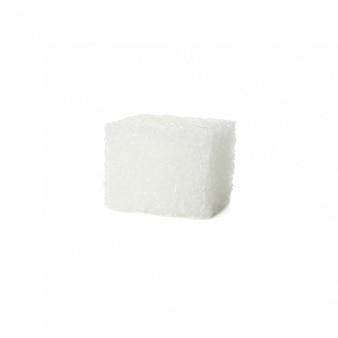 Zolletta di zucchero isolata su fondo bianco, fine su
