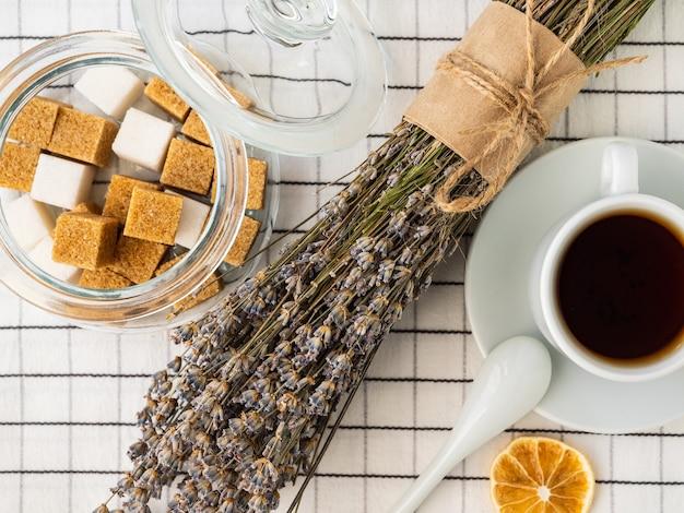 Zollette di zucchero in barattolo e bouquet di lavanda