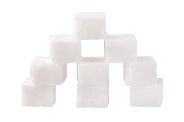 Piramide di cubetti di zucchero isolato