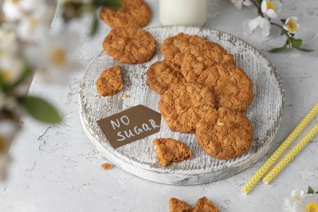 Disposizione dei biscotti senza zucchero ad alto angolo