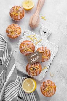 Disposizione dei muffin senza zucchero laici piatta