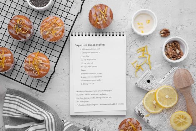 Vista dall'alto di disposizione dei muffin senza zucchero