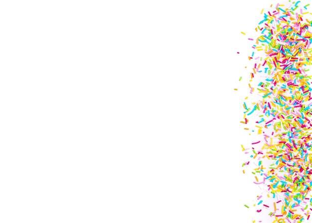 Cuori di puntini cospargere di zucchero, decorazione per torte e prodotti da forno, come sfondo. isolato su bianco.