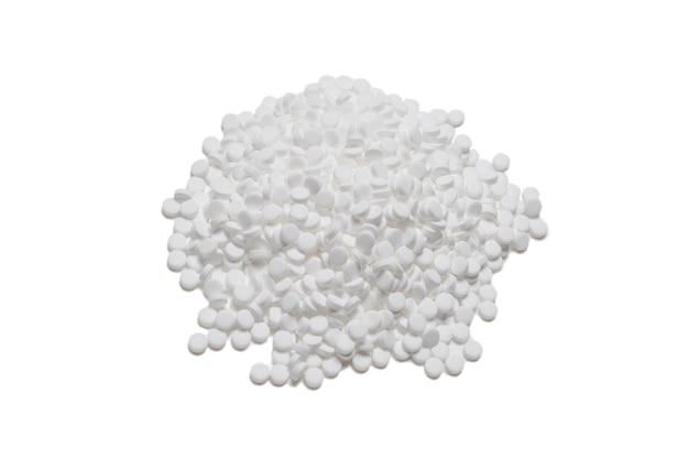 Pillole sostitutive dello zucchero isolate su priorità bassa bianca.