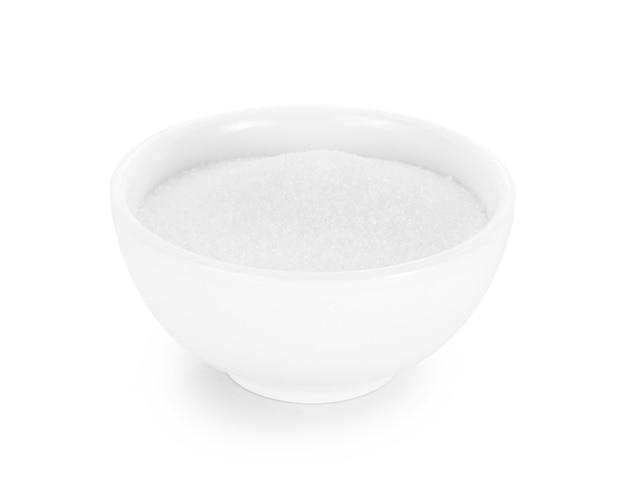 Zucchero in una ciotola bianca isolata su sfondo bianco.