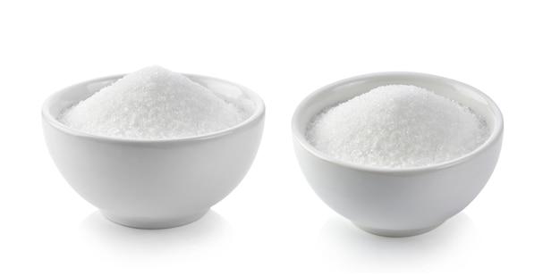 Zucchero in ciotole bianche sul muro bianco