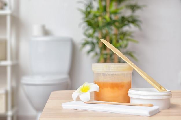 Pasta zuccherina per la depilazione in bagno