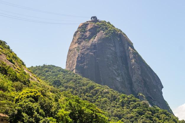 Montagna di pan di zucchero vista da un'angolazione diversa a rio de janeiro.