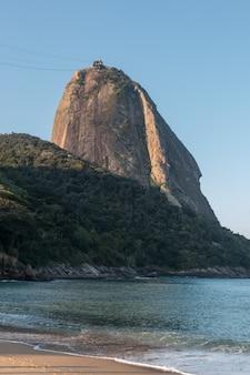 Il pan di zucchero visto dalla spiaggia rossa di urca a rio de janeiro in brasile.