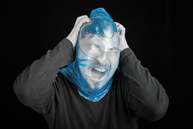 Borsa suicida sulla testa dell'uomo