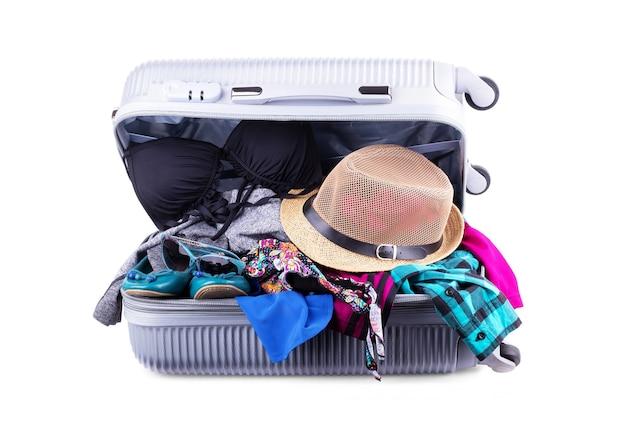 Valigia imballata per la vacanza aperta bagagli rossi pieni