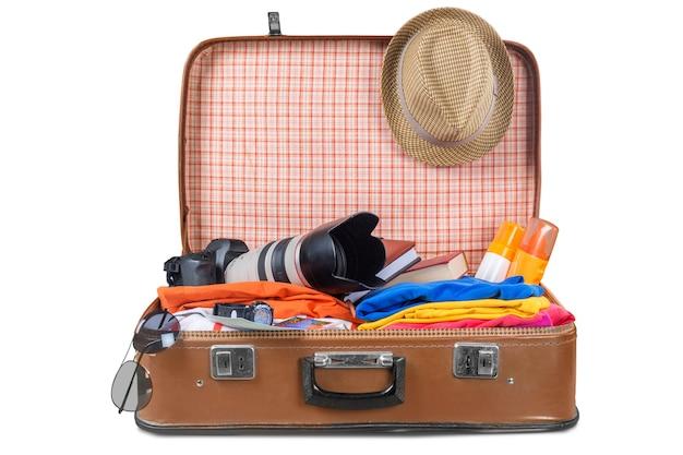 Valigia con vestiti e altri accessori da viaggio