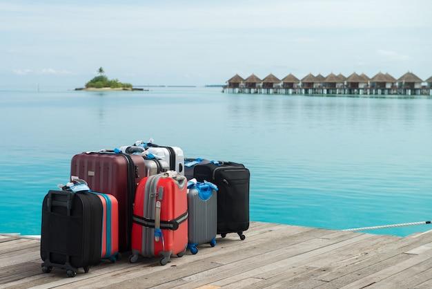 Le valigie sono pronte per le vacanze. su un'isola di maldive in attesa di valigie per il p