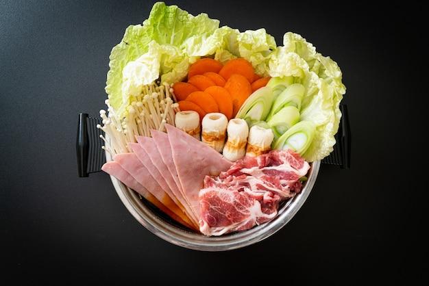 Zuppa nera sukiyaki o shabu hot pot con carne cruda e verdura - stile giapponese