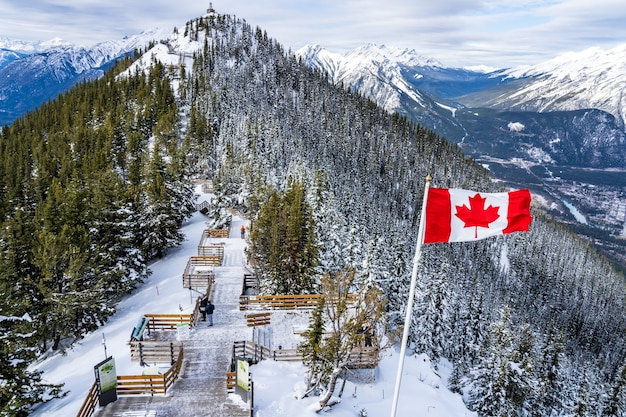 Sentiero di montagna di zolfo passerelle di legno lungo il vertice del parco nazionale di banff canadian rockies can