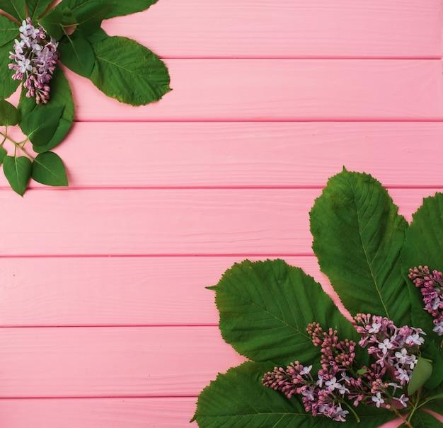 Modello di sfondo astratto estivo negli angoli fiori bordi cornici fioritura lilla