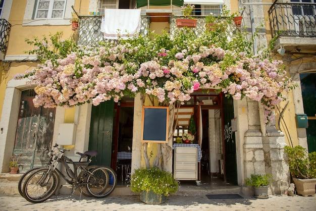 Atmosfera estiva in città, con fiori, biciclette, ecc