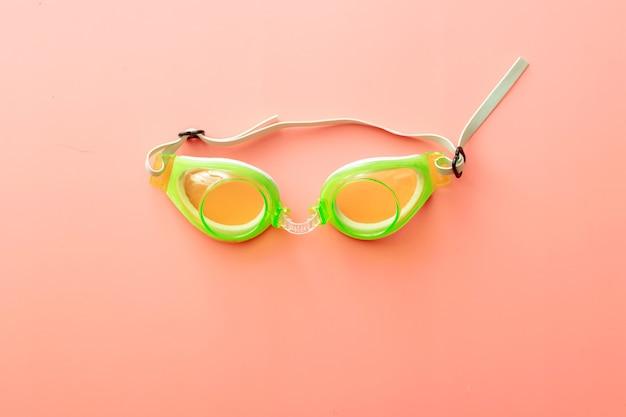 Sfondo estivo di occhialini da nuoto su sfondo rosa