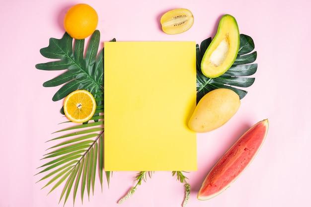 Sfondo estate con carta gialla in bianco