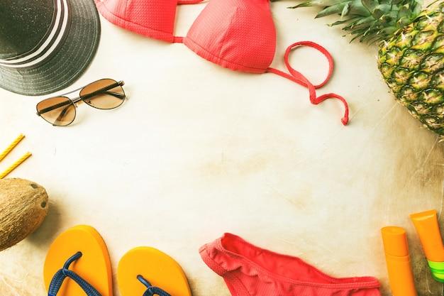 Spiaggia estiva, set di accessori estivi per nuotare e prendere il sole sul mare, concetti di vacanza