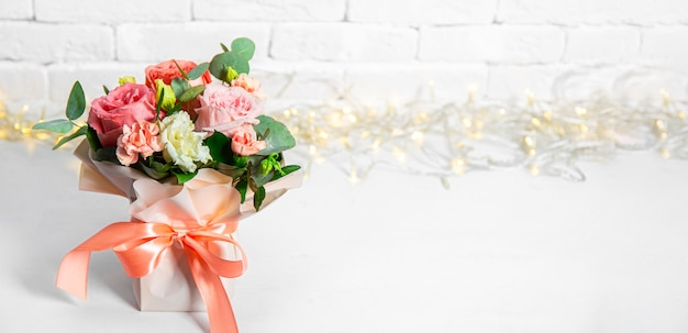Bouquet estivo di fiori su sfondo bianco con bellissimo bokeh, spazio libero per il testo. bouquet di rose rosa banner per sito web. foto di alta qualità