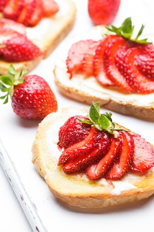 Colazione estiva - toast burro e fragole
