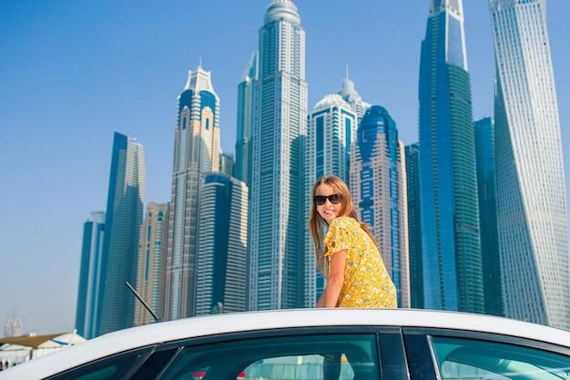 Viaggio in macchina estivo e adorabile ragazza in vacanza