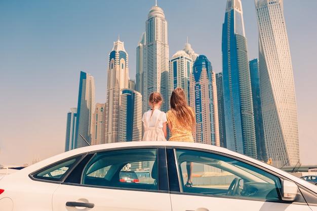 Viaggio estivo in auto e giovane famiglia in vacanza