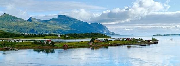 Serata nuvolosa estiva paesaggio di ersfjorden (norvegia, lofoten).