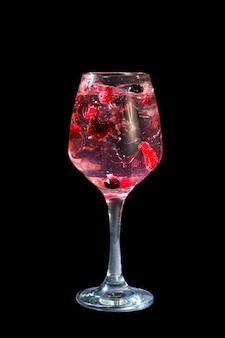 Cocktail estivo sulla parete nera isolata