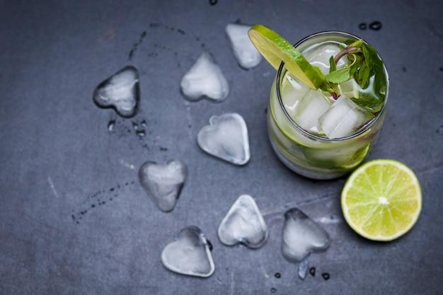 Mojito cocktail estivo con ghiaccio, menta, lime